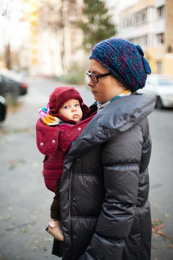 Moeder en baby in koude stock fotografie