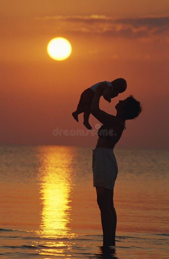 Moeder en baby op het strand royalty-vrije stock afbeelding