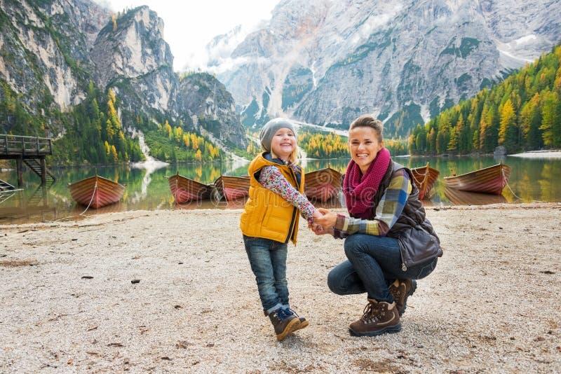 Moeder en baby op meer braies in Zuid-Tirol royalty-vrije stock foto