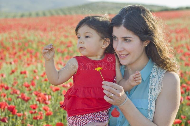 Moeder en baby in openlucht stock fotografie