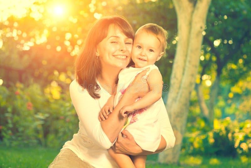 Moeder en baby in openlucht stock foto