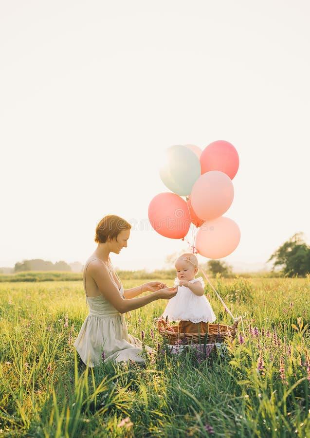 Moeder en baby in openlucht Familie op aard royalty-vrije stock afbeeldingen
