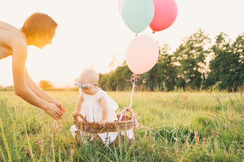 Moeder en baby in openlucht Familie op aard royalty-vrije stock foto's