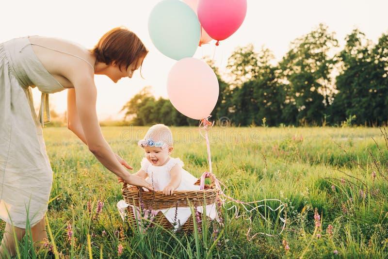 Moeder en baby in openlucht Familie op aard stock afbeeldingen