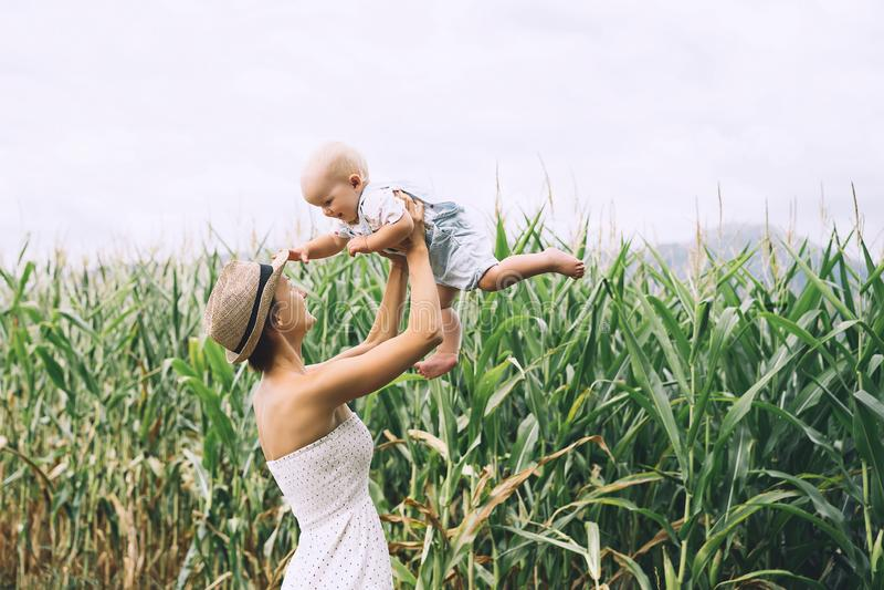 Moeder en baby in openlucht Familie op aard stock fotografie