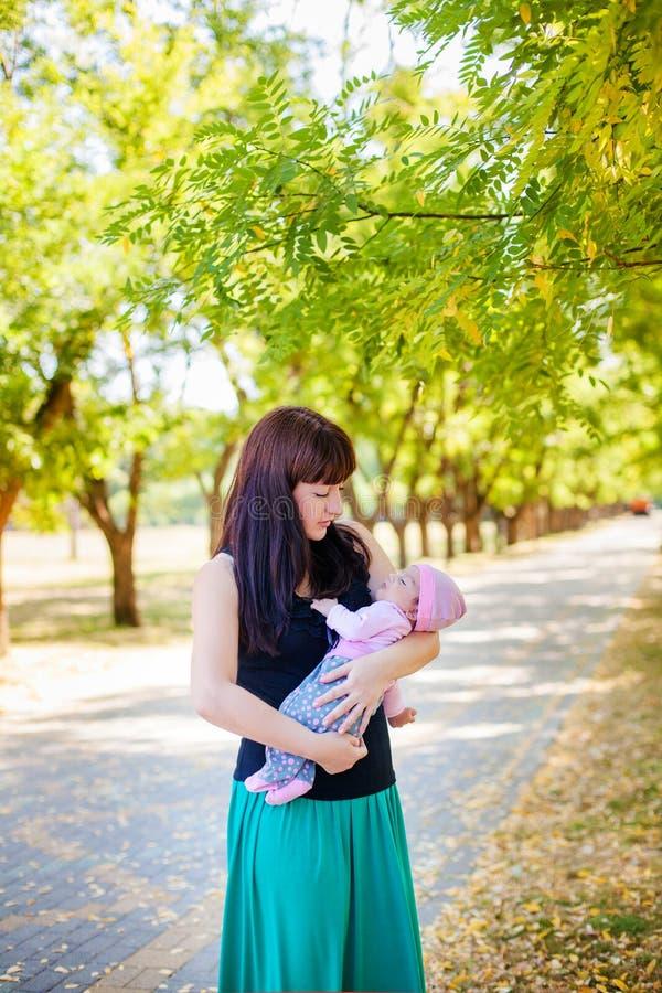 Moeder en baby in park royalty-vrije stock fotografie