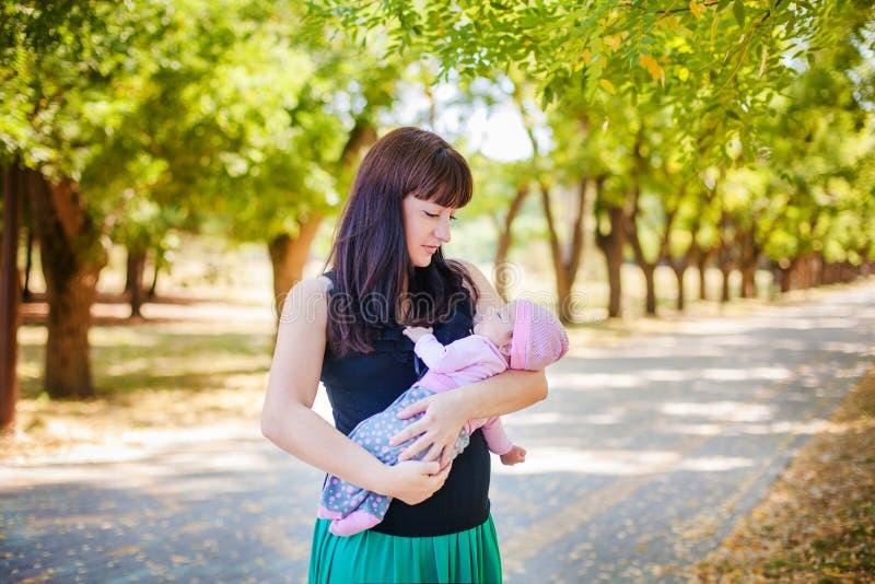 Moeder en baby in park stock afbeelding