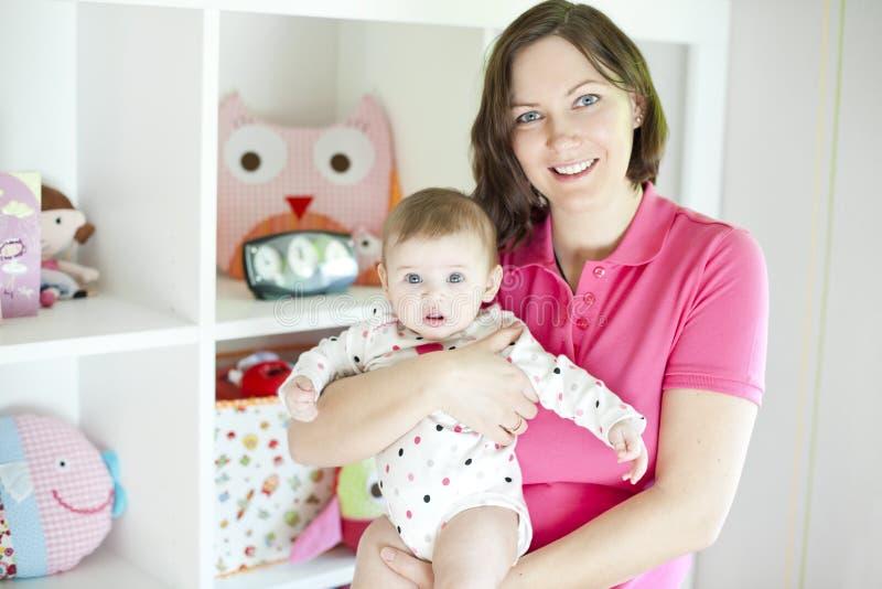 Moeder en baby in speelkamer royalty-vrije stock afbeeldingen
