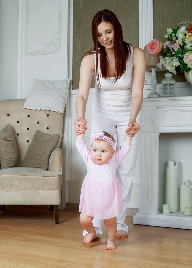 Moeder en baby thuis stock afbeeldingen