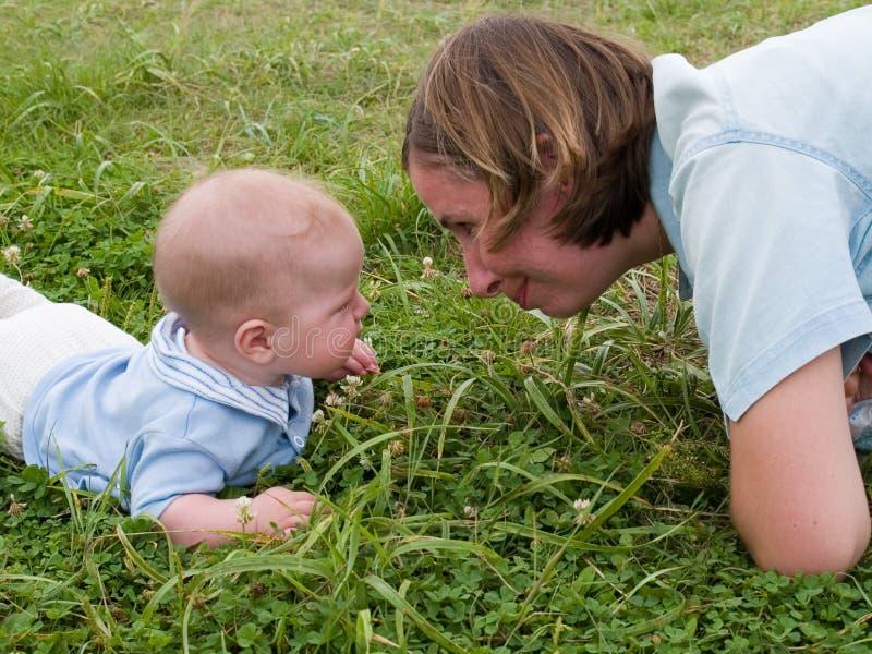 Moeder en baby van aangezicht tot aangezicht stock afbeeldingen