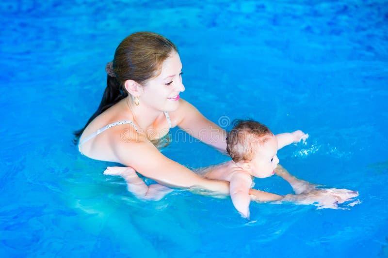 Moeder en baby in zwembad royalty-vrije stock afbeelding