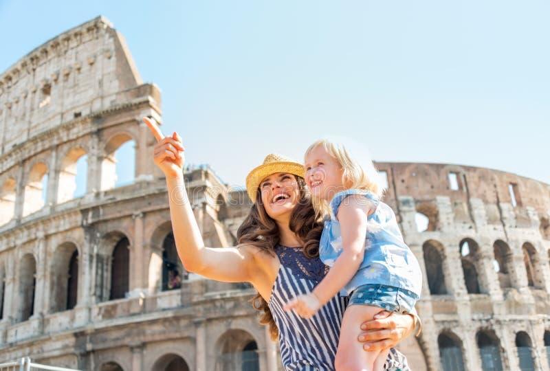 Moeder en babymeisje die dichtbij colosseum bezienswaardigheden bezoeken royalty-vrije stock foto's