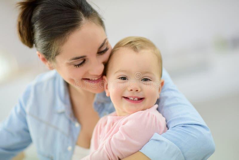 Moeder en babymeisje het glimlachen royalty-vrije stock afbeeldingen
