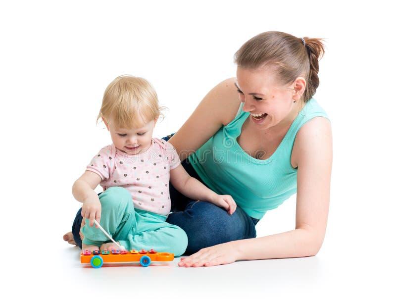 Moeder en babymeisjesspel stock foto's