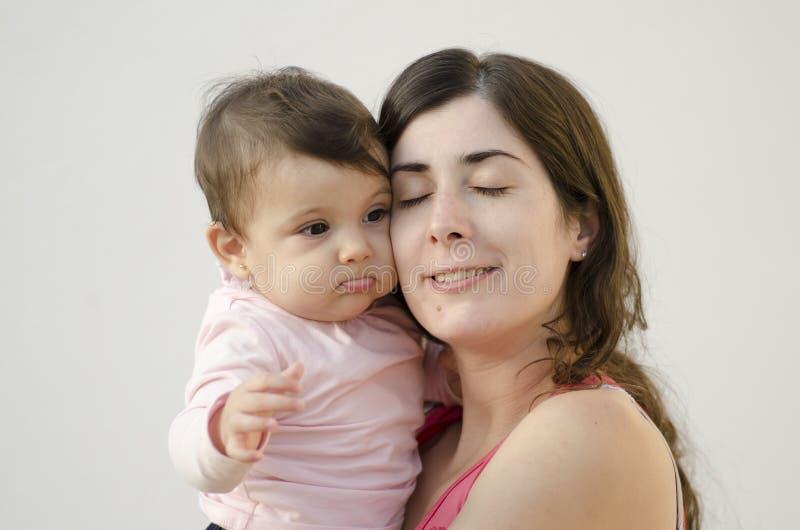 Moeder en babyschoonheidsomhelzing royalty-vrije stock foto