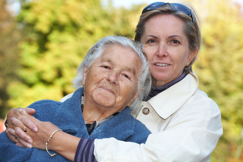 Moeder en daugther geknuffel royalty-vrije stock afbeelding