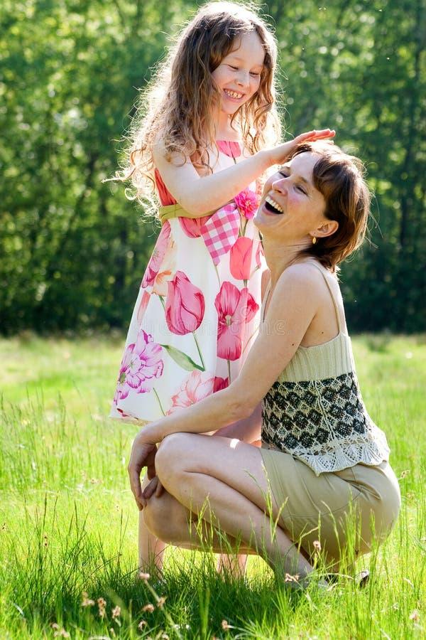 Moeder en daugther verhouding stock fotografie