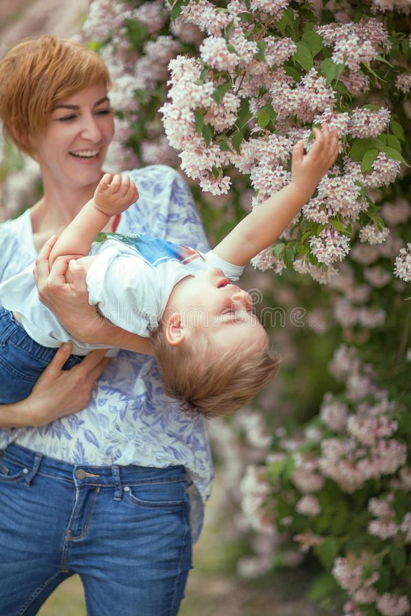 Moeder en de zoon die pret de hebben samen, giechelen, gelukkig en glimlachend stock fotografie