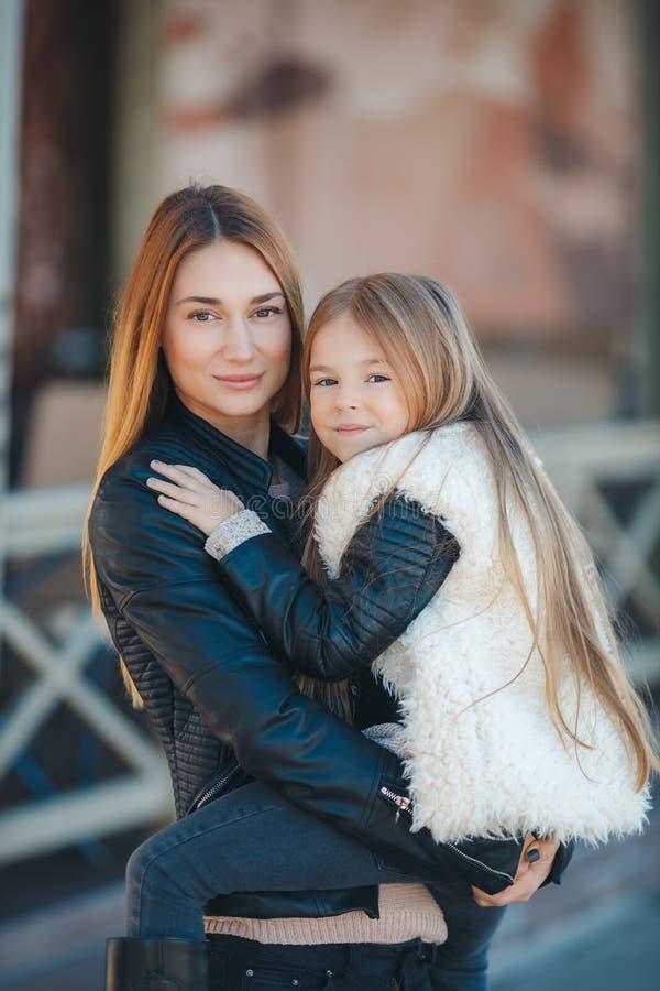 Moeder en dochter bij de handen van de straat stock afbeelding