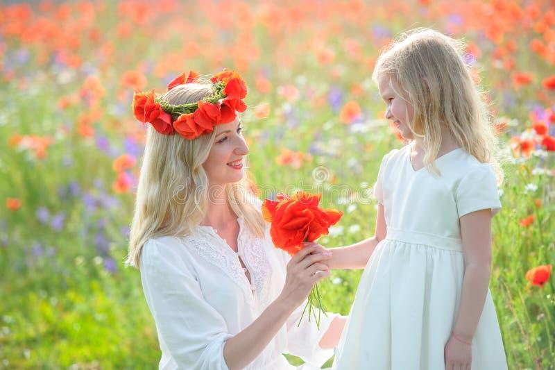 Moeder en dochter bij de zomergebied Gelukkige familie op aard royalty-vrije stock foto