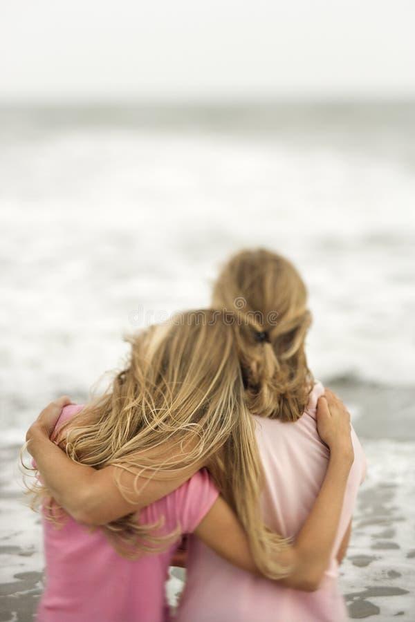 Moeder en Dochter bij het Strand royalty-vrije stock afbeelding
