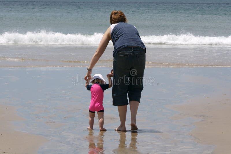 Moeder en dochter bij het strand royalty-vrije stock foto