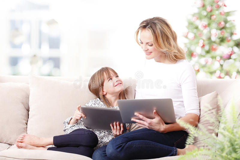 Moeder en dochter bij Kerstmis stock foto's