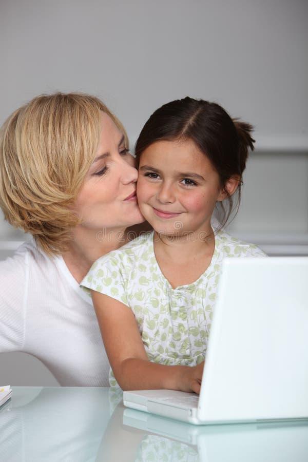 Moeder en dochter bij laptop royalty-vrije stock fotografie