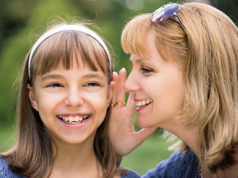 Moeder en dochter bij park stock fotografie