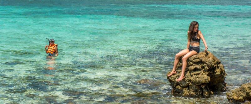 Moeder en dochter bij strand op tropisch eiland stock afbeelding