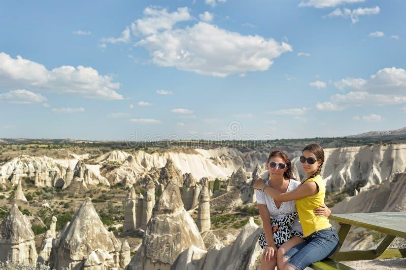 Moeder en dochter in Cappadocia royalty-vrije stock afbeelding