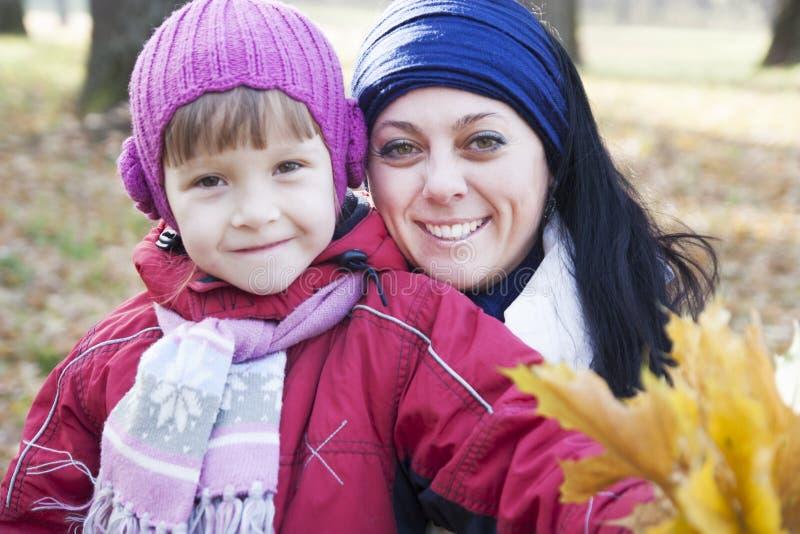 Moeder en dochter in de herfst royalty-vrije stock foto