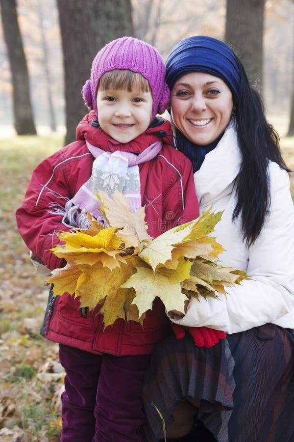 Moeder en dochter in de herfst stock afbeelding