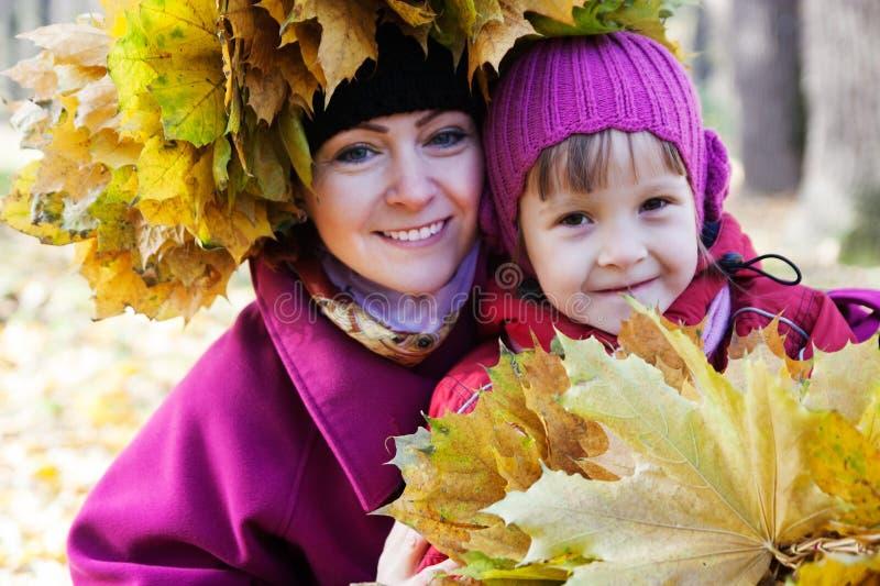 Moeder en dochter in de herfstpark royalty-vrije stock fotografie