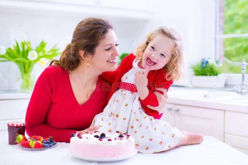 Moeder en dochter de pastei van de bakselaardbei royalty-vrije stock afbeelding
