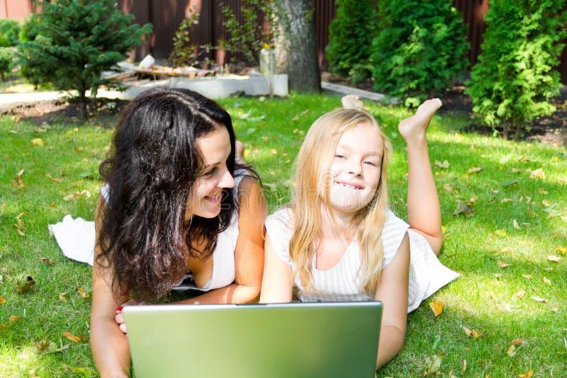 Moeder en dochter in de zomer royalty-vrije stock fotografie