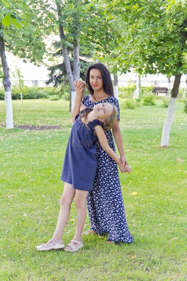Moeder en dochter in de zomer royalty-vrije stock afbeeldingen