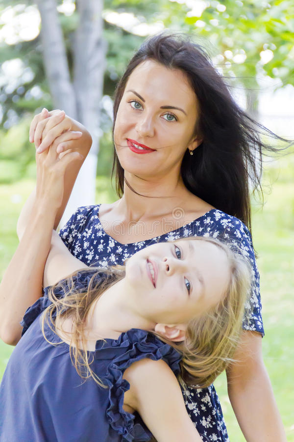 Moeder en dochter in de zomer royalty-vrije stock foto's