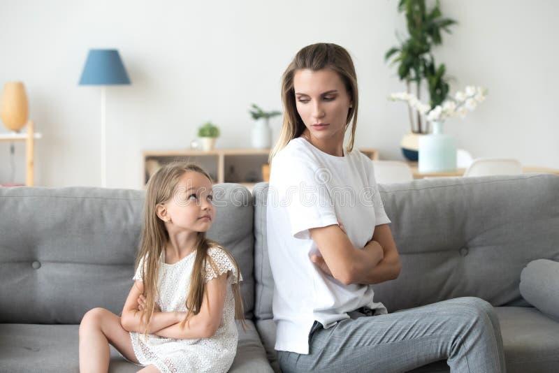 Moeder en dochter die aan elkaar na ruzie kijken stock foto