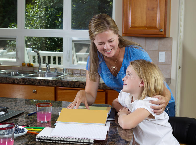 Moeder en dochter die aan thuiswerk werken royalty-vrije stock foto's