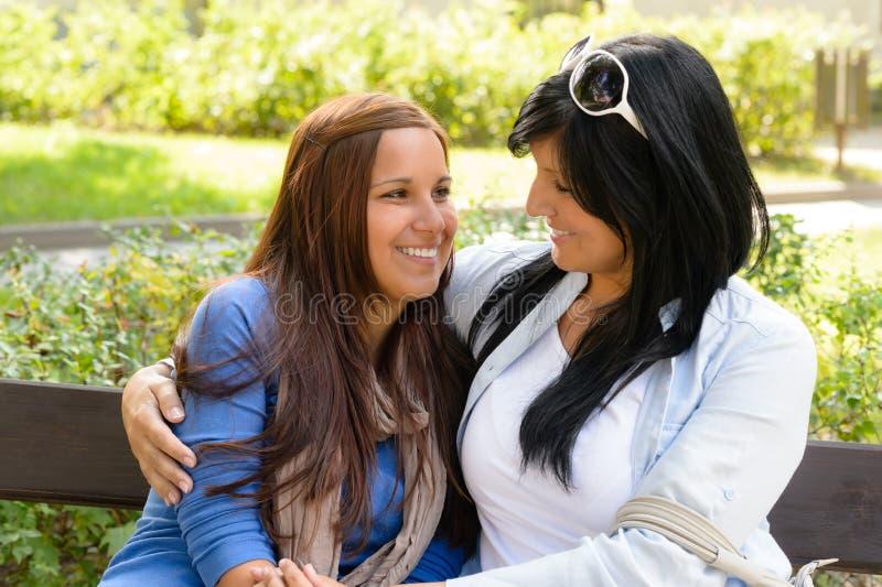 Moeder en dochter die bij elkaar glimlachen royalty-vrije stock foto's