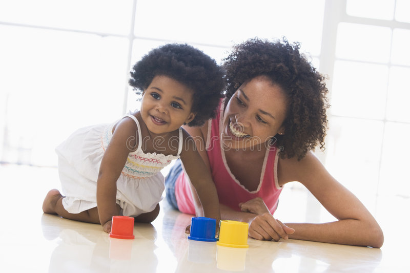 Moeder en dochter die binnen spelen stock foto's