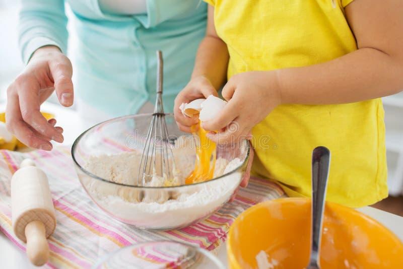 Moeder en dochter die deeg thuis keuken maken royalty-vrije stock afbeelding