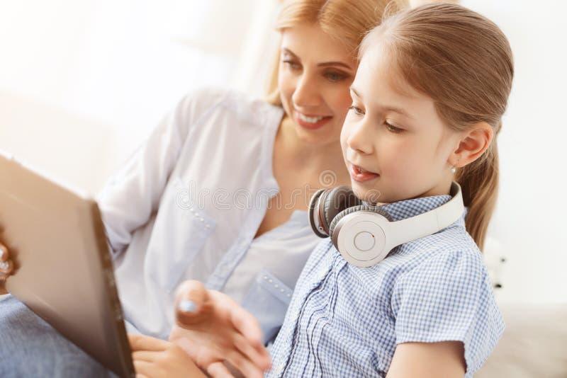Moeder en Dochter die Digitale Tablet gebruiken stock foto's