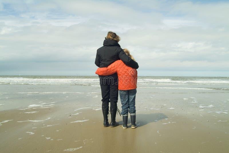Moeder en dochter die het overzees overzien royalty-vrije stock afbeelding