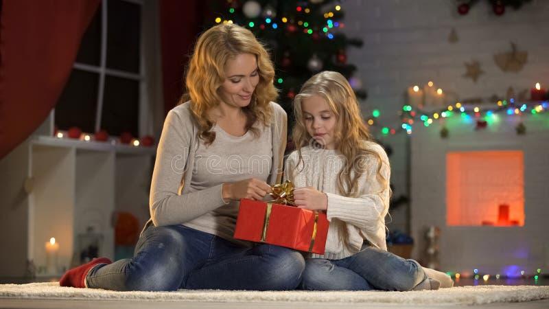 Moeder en dochter die Kerstmis huidig voor papa, vakantievoorbereidingen verfraaien royalty-vrije stock afbeeldingen