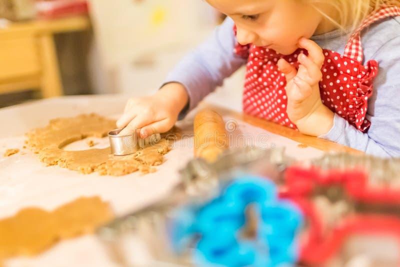 Moeder en dochter die koekjes maken stock afbeelding