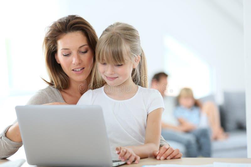 Moeder en Dochter die Laptop met behulp van royalty-vrije stock foto's