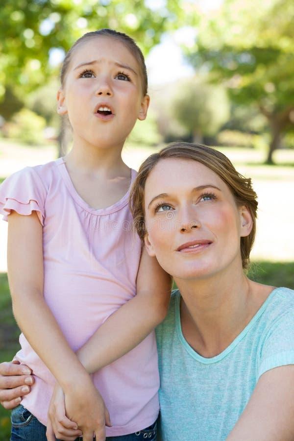 Moeder en dochter die omhoog park bekijken stock afbeelding