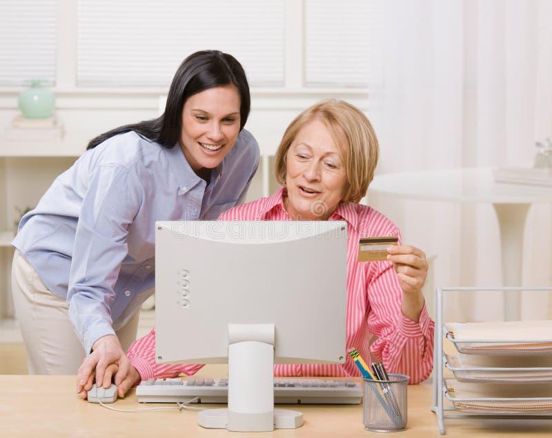 Moeder en dochter die online aankoop maken royalty-vrije stock fotografie